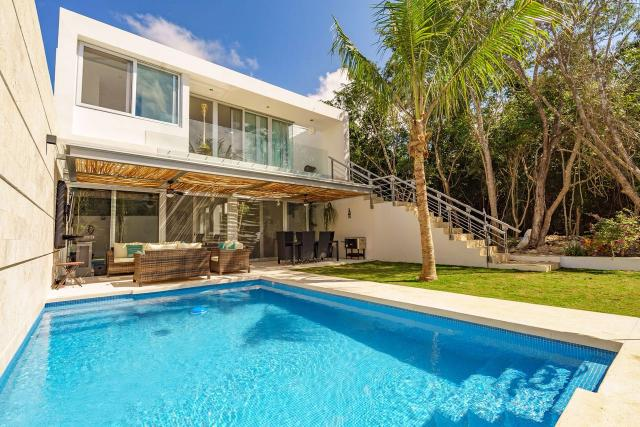 Beautiful 3-bedroom luxury house in the exclusive Playa Magna – Home